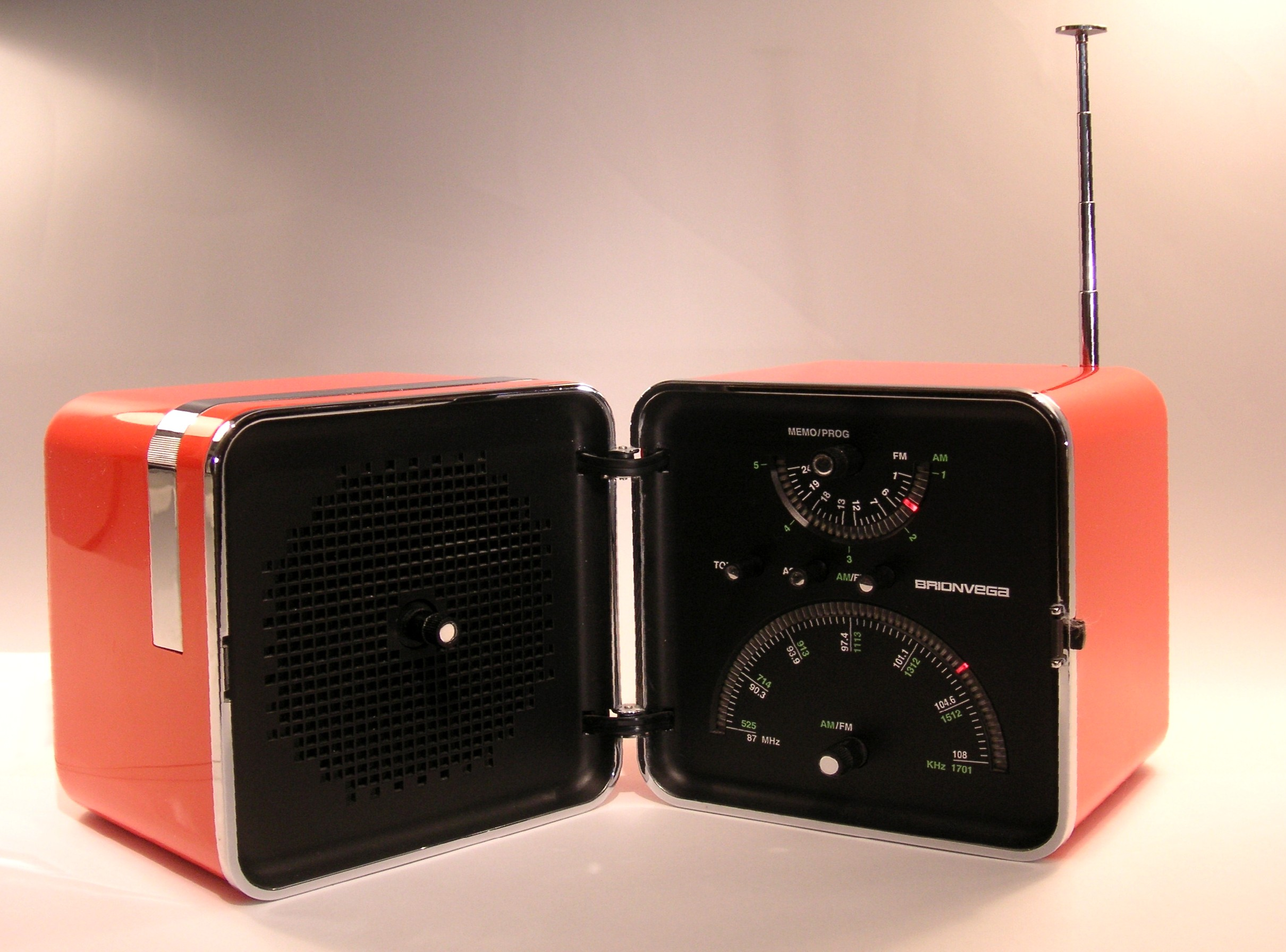 ATTACHMENT DETAILS 5-iconic-design-pieces-krome-italian-refurbishing-brionvega-cube-radio